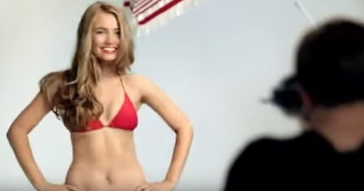Sie Posiert Im Sexy Bikini Was Der Mann Hinter Ihr Dann Tut