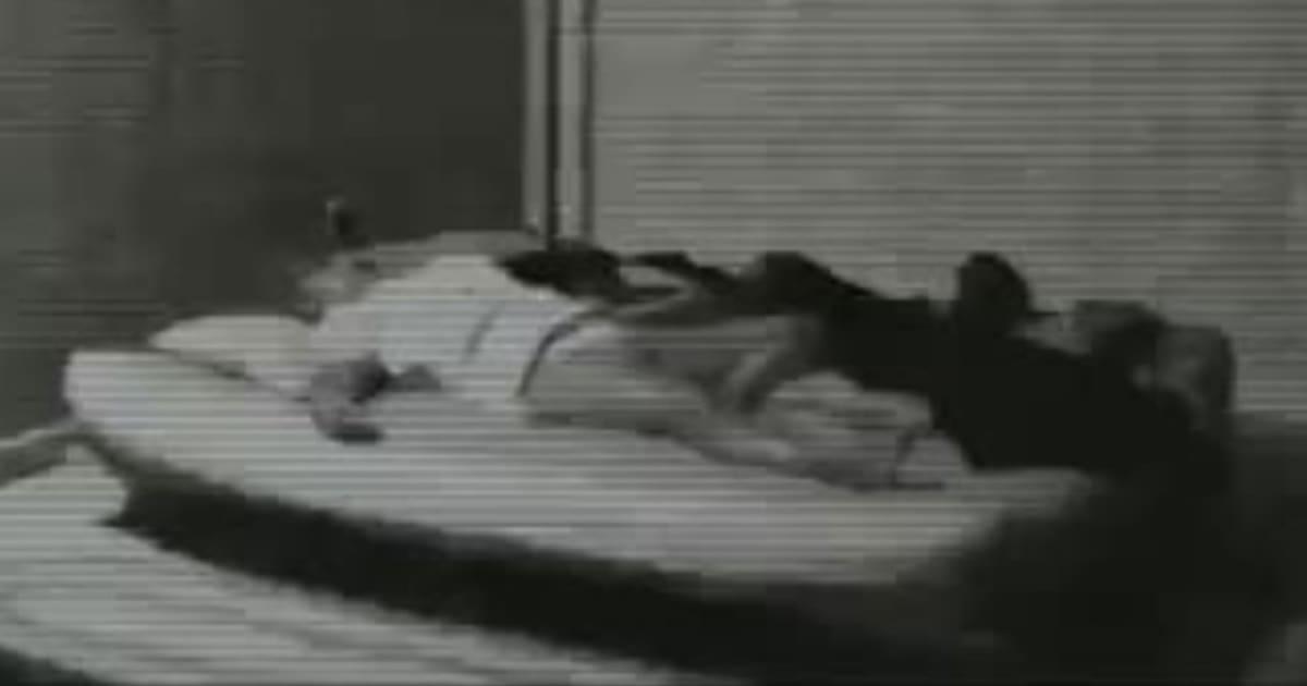 Er hängte eine Kamera ins Schlafzimmer seiner Freundin – was er sah ...