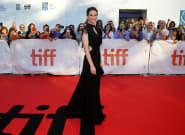 En robe noire, Hilary Swank magnétise le festival de