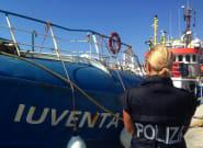 Un navire des garde-côtes italiens secourant des migrants bloqué au large de
