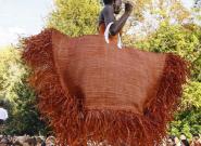 Chez Jacquemus à la Fashion Week de Paris, de gigantesques sacs à main défilent aux bras des