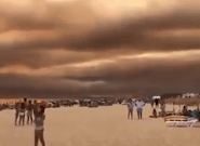 Au Portugal, les fumées de l'incendie obscurcissent le ciel au-dessus des plages