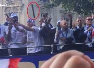 Les Bleus visés par un projectile lors de la parade des Champs