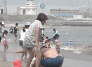 Fukushima: on peut de nouveau se baigner sur la plage (en théorie) sans