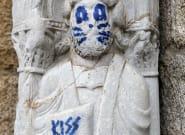 Una escultura de la fachada de Praterías de la Catedral de Santiago amanece pintada con