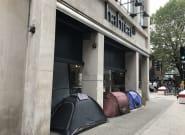 L'histoire de ces SDF vivant devant un magasin de meubles illustre la crise du logement au