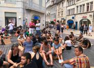 Besançon: contre l'arrêté anti-mendicité interdisant de s'asseoir à Besançon, ils protestent avec un