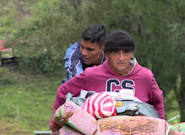 Ce migrant vénézuélien pousse son père handicapé jusqu'à Bogota à la recherche de