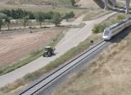 Un tractor va más rápido que el tren a su paso por