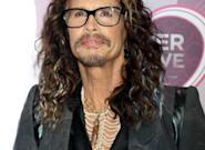 Steven Tyler, el líder de Aerosmith, se quita de encima a un fan de un