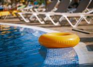 Expulsan a una mujer de una piscina de Alicante por llevar