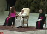 Una niña le roba el protagonismo al papa durante una