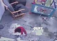 Un chat évite la chute d'un bébé dans l'escalier en se jetant sur
