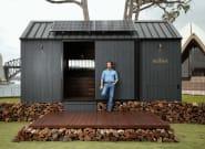 Ο Μάθιου Μακόναχι σχεδίασε ένα απίστευτο ξύλινο σπιτάκι και το νοικιάζει για 157
