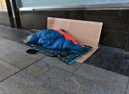 Dormir en la calle en Madrid con el alumbrado navideño y la fanfarria de la