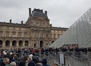Grève: L'accès au Louvre et à la pyramide bloqué par des