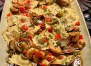 Ravioli de alcachofas con almejas y langostinos a la
