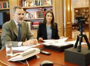Una experta en comunicación no verbal ve dos fallos en esta foto: uno sobre la mesa y otro en la mano de