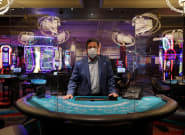 Propriétaire de casinos à Las Vegas, il offre des billets d'avion pour inciter les Américains à revenir