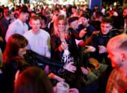Ni mascarillas ni distancia de seguridad: así ha sido la primera noche de bares abiertos en Reino