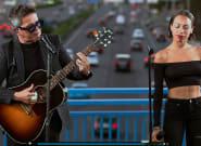 Alejandro Sanz da un concierto sorpresa desde un puente de la