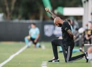 Thierry Henry met un genou à terre en soutien à Black Lives