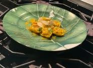 Tortelini rellenos de tomates secos sobre crema de