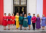 Diputadas de izquierda polacas reproducen con sus vestidos la bandera LGTB para protestar contra el presidente