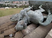 Indígenas colombianos derriban la estatua del conquistador español Sebastián de