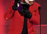 H εμφάνιση με επιδέσμους του ράπερ The Weeknd στα AMA που