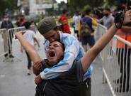 Algunos disturbios, pocas mascarillas y muchas lágrimas: Argentina despide a