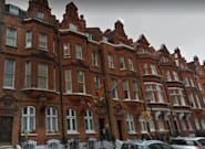 El caso del orinal que pone en apuros al Consulado de España en
