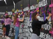 Una polémica valla policial se convierte en un muro de la memoria para las asesinadas en