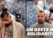Ce coiffeur se rase la tête en solidarité avec son collègue et ami atteint d'un