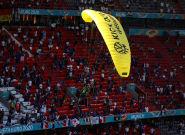 Euro 2021: Un ULM Greenpeace avant France-Allemagne manque de s'écraser en
