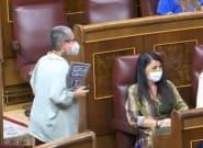 Una diputada de ERC mira unos instantes a Olona y le grita una palabra casi pegada a su