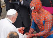El papa Francisco bendice a
