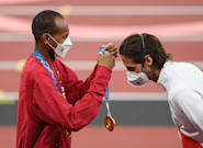 18 Heartwarming Photos Of Sweet Sportsmanship At The