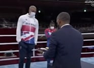 ¡Adiós, espíritu olímpico!: polémica por lo que hizo este boxeador con su medalla de