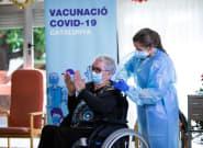 Sanidad aprueba la tercera dosis de la vacuna contra la covid a los mayores en