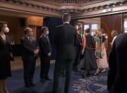 Felipe VI se queda parado, ve lo que ocurre al fondo y acaba volviendo para ver qué