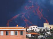 El volcán emite una gran fuente de lava por la deformación del