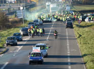 Gilets jaunes: barrages forcés, personnes renversées... les manifestations cumulent les
