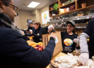 El chef José Andrés reparte comida a funcionarios federales de