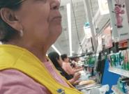 La cajera de una cadena de supermercados recrimina a un cliente por hablar en