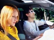 La Guardia Civil recuerda: esta postura si vas de copiloto es peligrosa (y