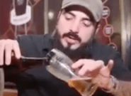 El vídeo que muestra el peligro de la cerveza sin espuma, un fenómeno en