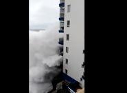 Una ola gigante destroza dos balcones en Mesa del Mar