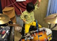 No podrás parar de sonreír viendo cómo toca la batería esta niña de 8