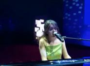 Amaia la lía con un micrófono en plena actuación: